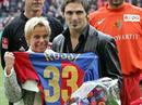 Gigi Oeri ehrt Julio Hernan Rossi.