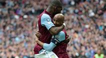 Aston Villas Fabian Delph feiert mit Christian Benteke.