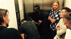 Marc Janko blieb gemeinsam mit Teamkollegen des FCB im Lift stecken.