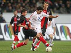 Frankfurts Aleksandar Vasoski gegen Kölns Adil Chihi.