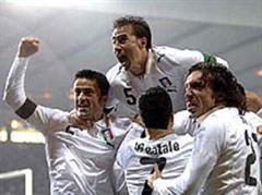 Christian Panucci, Antonio Di Natale, Fabio Cannavaro und Andrea Pirlo (ITA) jubeln im schottischen Regen.