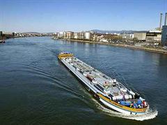 Rheinschiffahrt in Basel.