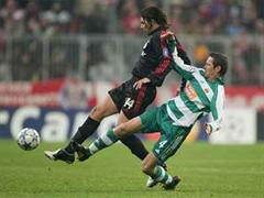 Bayerns Claudio Pizarro gegen Martin Hiden.