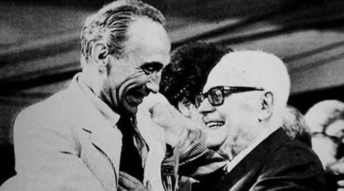 Sandro Pertini gratuliert Enzo Bearzot (links).