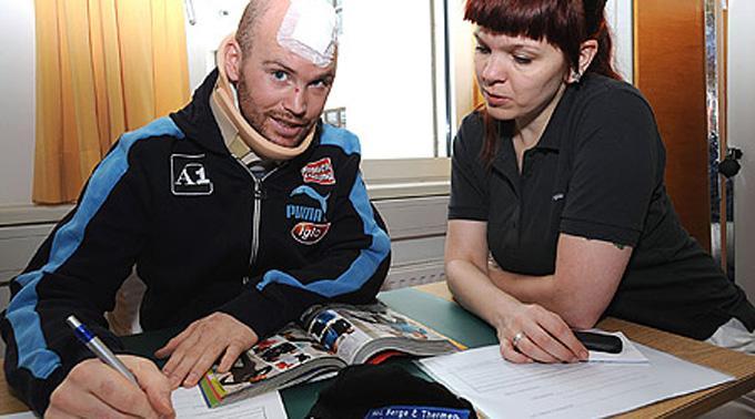 Hans Grugger bei Konzentrationsübungen mit Ergotherapeutin Bettina Mair.