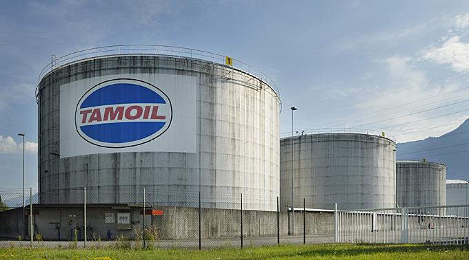 Tanks in der Erdölraffinerie Collombey der Tamoil.