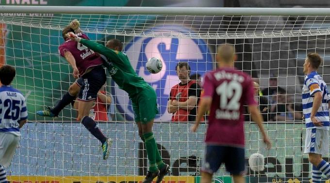 Benedikt Höwedes kommt vor Keeper David Yelldell an den Ball und nickt zum 3:0 ein.