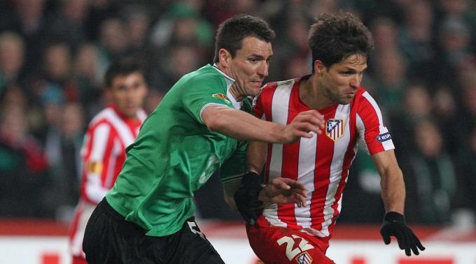 Mario Eggimann (l.) gegen Atletico-Star Diego.