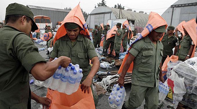 Die Helfertruppen versorgen die evakuierten Bewohner.