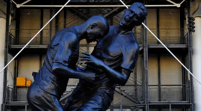 Das Denkmal zeigt den bekannten Kopfstoss des Franzosen-Stars gegen Materazzi.