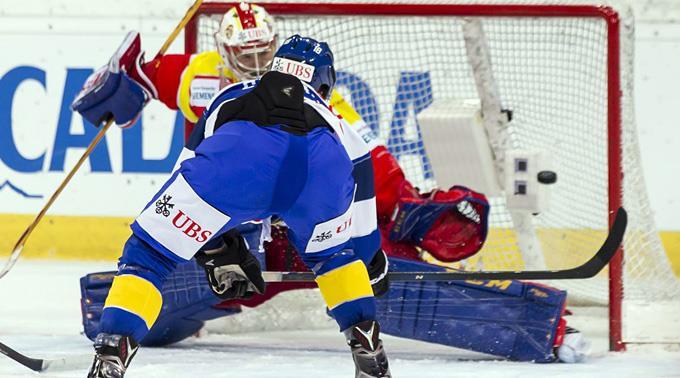 Gregory Sciaroni erzielt das 5:4 gegen Helsinkis Goalie Riku Helenius.