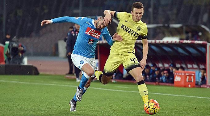 Allan (Napoli) gegen Ivan Perisic (Inter).