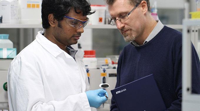 Raffaele Mezzenga (r.) und Sreenath Bolisetty begutachten im Labor eine Probe ihrer neuartigen Filtermembran.