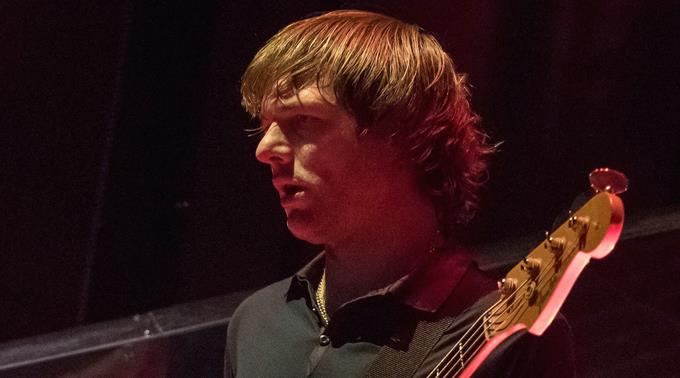 Mickey Madden ist Bassist bei Maroon 5.